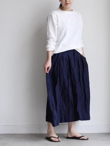 コットンシルクで手触りの良いロングスカート。ベーシックなデザインなので、どんなトップスでも難しく考えずにマッチする着回し力の高いアイテムです。発色が美しいので、シンプルな中にも大人の上質さが漂うコーデに。