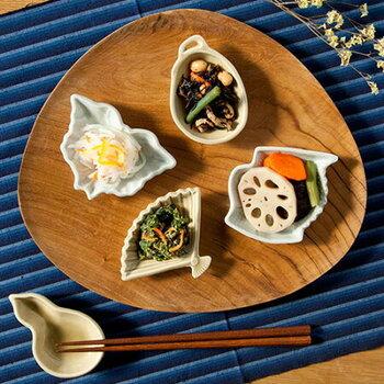 """amabroの""""JAPAN MADEシリーズ""""で波佐見焼とのコラボレーションして生まれた「MAME Form」。大正時代以前の肉厚でぽってりとした形状を再現した、懐かしさを感じられるレトロな豆皿です。鶴、茄子、ひょうたんなど全5種類の縁起のいい吉祥モチーフが愛らしいですね。"""