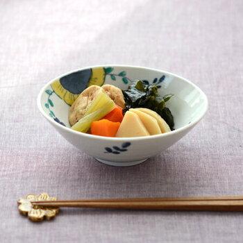 九谷青窯の高原真由美さんの「色絵舞い花 楕円鉢」は、藍色と黄色の花が印象的。大きめの花が描かれた落ち着きのあるうつわに煮物がしっくりと馴染みます。