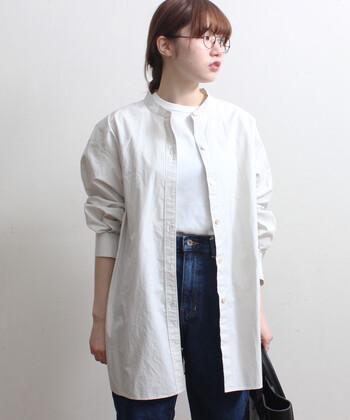 スタンドカラーでスタイリッシュなコットンシャツは、着るごとに風合いが出てきます。そのままメインコーデとして着れば洗練されたデイリースタイルに。羽織りとして着こなせば、ラフなスタイルにと印象を替えられるところも◎