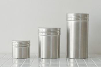 18‐8ステンレスを用いたキッチンにしっくり馴染む保存缶でです。お茶やコーヒーの保存の他、スパイスの保存にも向いています。しっかり閉まって、日光による劣化からも守ってくれる。