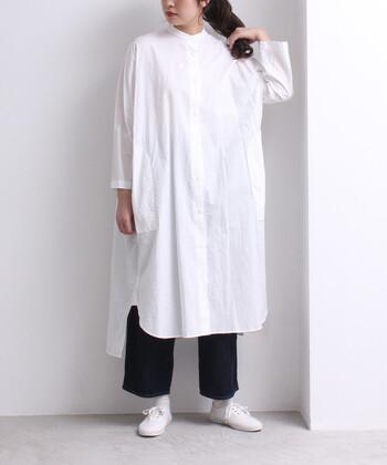 ドロップデザインのシャツワンピースは、モノトーンで着こなせばナチュラルなスタイルに。さらっと着こなせるアイテムですが、おうちでもきちんと感が出るコーデになるので、急な来客があっても素敵に見せることができますね。