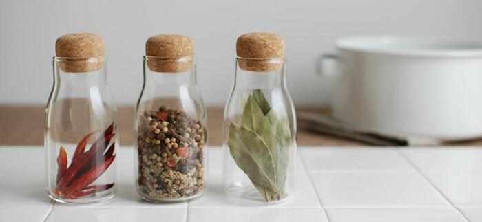 耐熱ガラスで出来たグラスにコルクの蓋が可愛らしい。するりとしたシルエットもキュートで並べて置きたくなります。