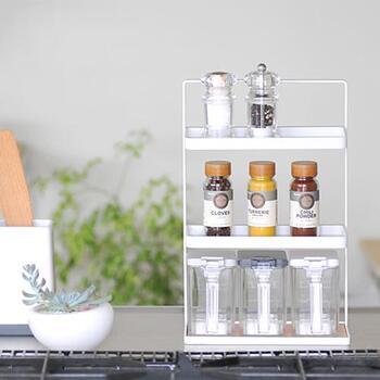 スパイスを入れる瓶が増えたら、今度はラックで整理したい。白くスッキリとした癖のないデザインだから、どんなキッチンにもすんなり馴染んでスパイスが映えます。