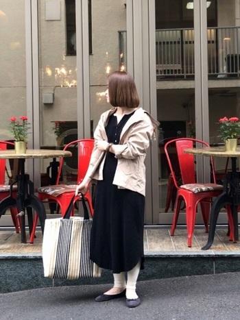 肌寒い日にパーカーを羽織って着こなすなら、シャツワンピ+レギンスのコーデがおすすめ。レギンスは冷暖房対策だけでなく、日焼け防止にも役立ちます。コーデにトレンド感を加えるならデザイン性のあるバッグを合わせて。
