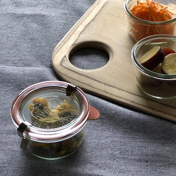 ウェックのガラス製の保存容器は、パッキンと金具でしっかりと閉めることができます。蓋はコルクやシリコンなども選べるので、使いやすそうなアイテムを組み合わせても◎。
