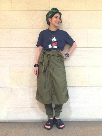 シャツワンピの袖を腰で巻いてスカート風に。同色のレギンスを重ねてボトムのまとまり感を演出。Tシャツやスカーフなどでオリジナルの着こなしに。