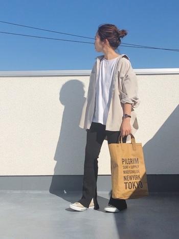 裾にスリットの入ったレギンスはパンツ感覚で履けるデザイン。カットソーだけだとラフ過ぎるので、シャツを羽織ってきちんと感を残しつつ、温度調節するのも忘れずに。
