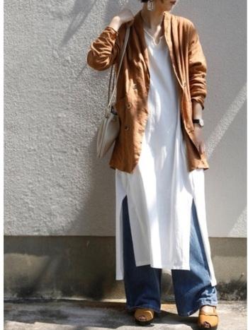 ロングカットソーワンピ+デニムのリラックスコーデも、ジャケットを羽織ればナチュラルな品をプラスできます。ヘアはアップにして、全身のバランスを整えましょう。