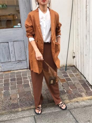 オレンジがかったブラウンのジャケットは、色味違いのブランのパンツに合わせてトレンド感じるコーデに。白いシャツはコーデにコントラストを生み、バンドカラーなら上品さもプラスできます。