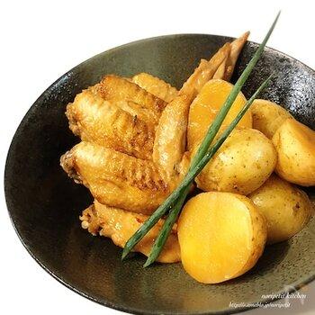 炊飯器を使って作る鶏手羽の煮物。味付けはめんつゆとにんにくだけなのでいろいろな調味料を用意せずに手軽です。あらかじめフライパンで鶏手羽に焼き目をつけておくのがポイント。香ばしさもプラスされます。