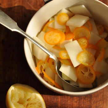 四角いうどと丸い金柑の対比が愛らしいさわやかな味わいのサラダです。ワインビネガーにレモンと砂糖を加えて、フルーティーな美味しさを実現しています。食べる直前に黒コショウをたっぷり振ると、大人っぽい味わいに。酸味と甘みのバランスがいいひと品です。