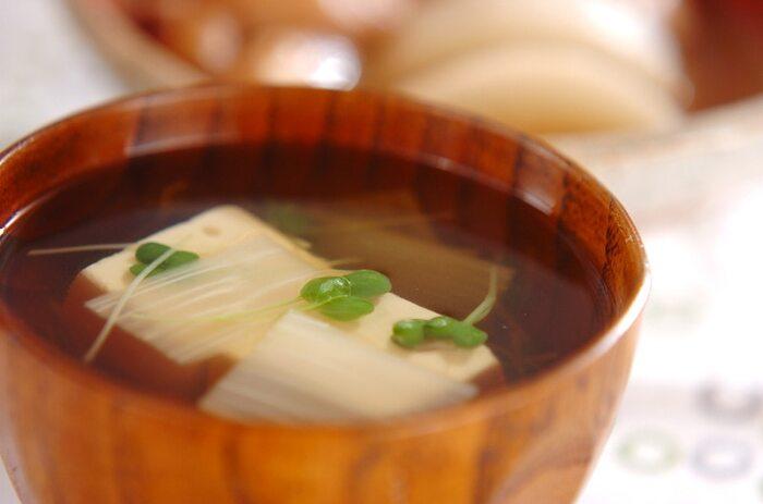 繊細な味わいのお吸い物にするときは、うどは酢水ではなく、水にさらすようにすると、味に影響が出ません。豆腐とうどの食感の違いが楽しいお吸い物です。グリーンの浮き実が入ると、アクセントになってきれいに仕上がります。