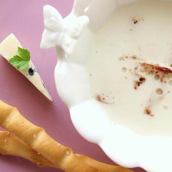 スライスしたうどを軽く炒めてから、ミキサーにかけてポタージュ仕立てにしています。生クリームとコンソメでやわらかな味わいになり、子供でも食べやすいうどのスープになっています。皮を厚めに剥くと、きれいな白色に仕上げられます。