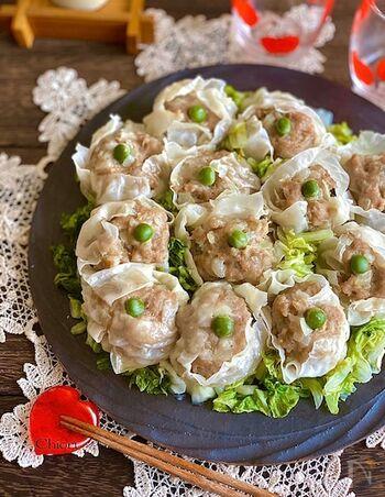 蒸すのが大変なシュウマイも、レンジなら簡単に作れますよ。水を含ませた耐熱用キッチンペーパーを使うのがポイント。白菜の上にシュウマイを並べて一緒に蒸し、そのままお皿に並べたら彩りよく仕上がります。
