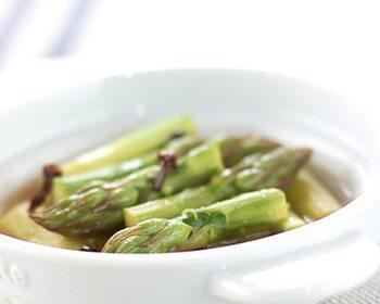 レンジでパパっと作るアスパラのマリネ。耐熱容器にアスパラとマリネ液を入れてチンするだけ。アスパラ以外にもいろいろな野菜で作れるので、つけあわせにもおすすめです。