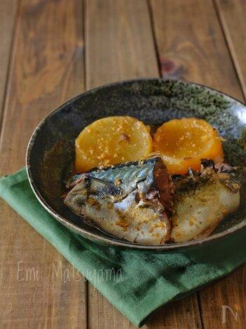 圧力鍋を使えば鯖も骨まで食べられるほどやわらかく仕上がります。一緒に煮込んだ大根にも味が浸み込んで◎しっかり味噌味で、ご飯のすすむ一品に。