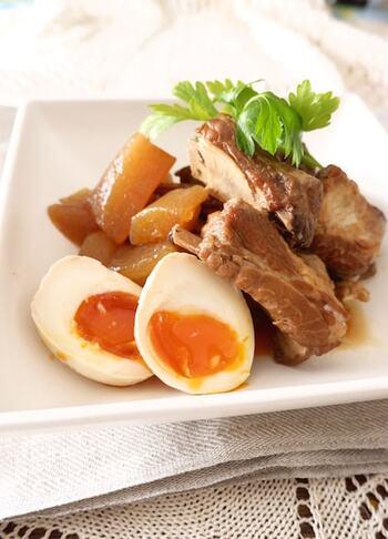 圧力鍋で作るやわらかスペアリブの煮物。豚バラブロックでもおいしく作れますよ。加圧後に煮つめる時に半熟卵も加えるのがポイント。旨味たっぷりの煮汁で煮卵も作れちゃいます。