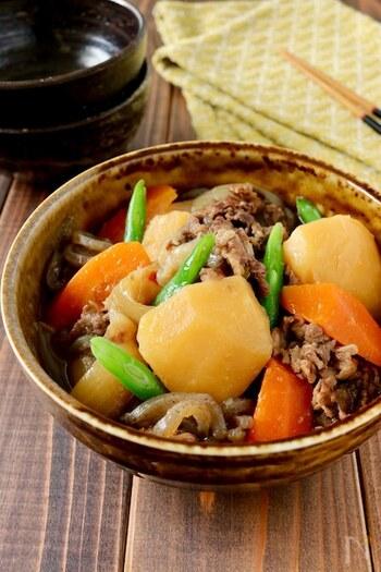 肉じゃがも圧力鍋を使えばほったかしででき上がります。じゃがいもは煮崩れしやすいので崩れにくい品種のメークインがおすすめ。たまねぎは根元を少し残してカットすると存在感を残せますよ。