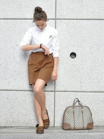 ショートパンツはカジュアルな印象になりがちですが、ボタンダウンをプラスしてフォーマルな印象に。カジュアルさとフォーマルさを兼ね備えたメリハリコーデに。