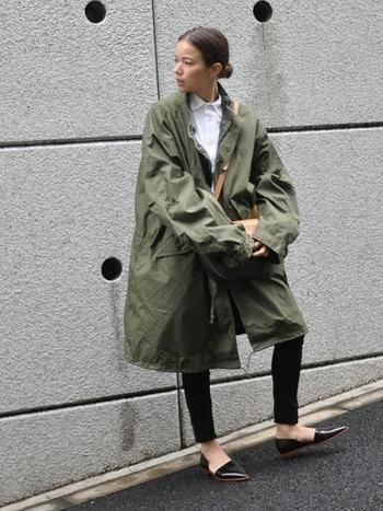 オックスフォードシャツはきちんとした印象を持たせつつ、コンパクトにおさまるので、ミリタリージャケットと合わせてもごわっとせず、快適に着こなすことができます。