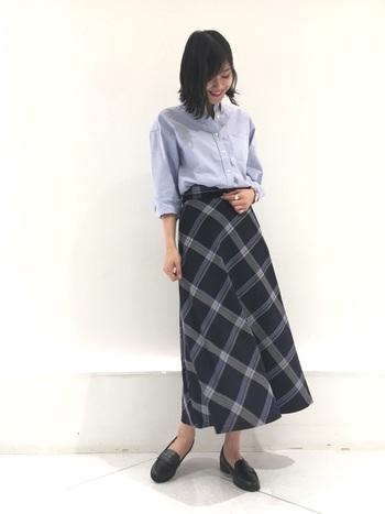 女性らしいラインのタイトスカートと合わせて、スリムコーデに。少しラフにしたい時は、一番上のボタンを開けて。