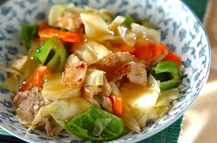 キャベツなどの野菜と豚肉の炒め物をあんかけにして、旨みをギュッと閉じ込めた一品。あんかけは固形チキンスープの素を使ってしっかりと味付けしているため、炒めるときには塩・コショウだけの簡単な調味料だけでOK! 冷蔵庫にストックしている野菜やきのこ類などを投入して、具だくさんに仕上げましょう。