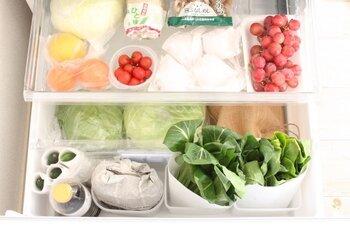 うどを保存するときは、湿らせた新聞紙で包み、冷蔵庫の野菜室に入れるか、冷暗所に置いておきます。収穫してから時間が経つと、かたくなって、アクも強くなります。3、4日ほどで食べ切るようにするとよいでしょう。