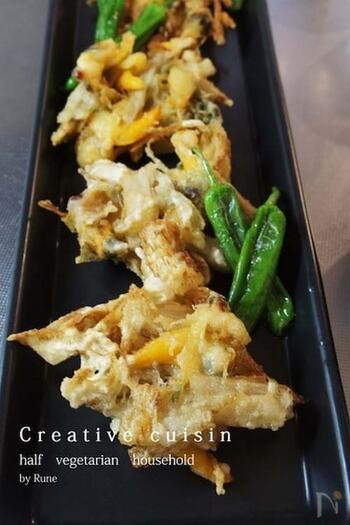 春が旬の青柳と一緒にうどを天ぷらに。タンパク質が入ることで、一気にメインディッシュに格上げできますね。180度の油でカラリと揚げたら、しっかりと油をきって盛りつけましょう。