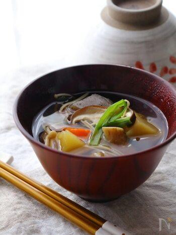 ごぼうや大根、にんじんなど、たくさんの根菜が入ったけんちん汁。圧力鍋で作れば、ゴロゴロと食べ応えのある大きさにカットしても短い時間でやわらかく仕上がります。汁物の調理をほったらかしている間にメインを用意できますよ。