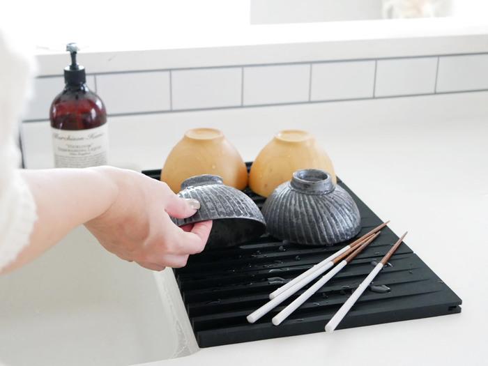 続いては食器が滑りにくいシリコン素材の水切りトレーです。このトレーの特徴は、水がへこんでいる部分に落ちるよう作られた大きな凹凸と、自然に水が流れるように凹部分に斜面ができていること。衛生的でとても便利な作りになっています♪