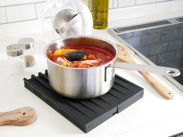さらに、半分に折り畳めば鍋敷きに変身♪四つ折りにすれば使わない時の収納にも嬉しいサイズになります。フック穴も付いているので、吊るして収納することも可能です◎一つ持っていると何かと便利な一品です。
