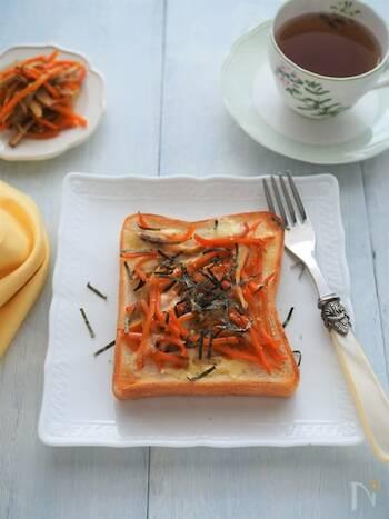 トースにのせるものを工夫することで、和風にもアレンジできちゃいます!こちらは「きんぴら」をのせたトーストアレンジ。シャキシャキとし食感を楽しみながら召し上がれ♪