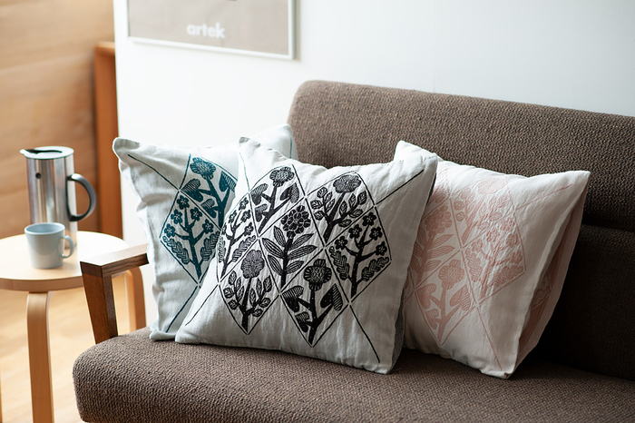 福岡を拠点に陶器やファブリック、版画などを製作している鹿児島睦(かごしままこと)さんデザインのクッションカバー。フィンランド語で「花々」を意味する「KUKAT(クカット)」シリーズのクッションカバーは、鹿児島さんがデザインした花々が繊細な織りによって表現されています。
