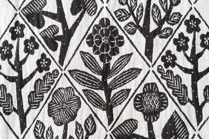 柄は繊細なジャガード織りで花々が緻密に表現されています。素材はウォッシュドリネンとコットンの混合素材を使用。リネン特有のさらりとした肌触りとコットンのやさしい感触を併せ持つので、一年中気持ちよく使うことができます。