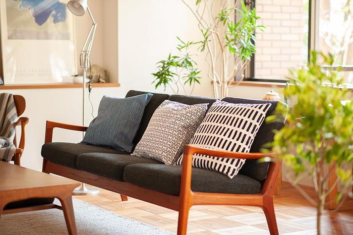 スウェーデン・ヘルシンキ生まれの北欧を代表する家具のブランド「アルテック/artek」のクッションカバー。モノトーンでシンプルだけど、リビングにおいてあるだけでおしゃれな存在感があります。