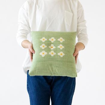 耐久性の高い会津木綿に、伝統的な江戸小紋の文様をアレンジ。しっかりとした中綿入りでへたれにくいのもうれしいポイント。