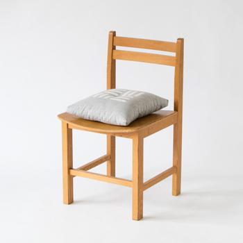 通常の座布団より小さ目だから、イス用クッションとしても使いやすい。普段はソファ用のクッションとして、フローリングに座るときは座布団として使用したりと日常で大活躍します。