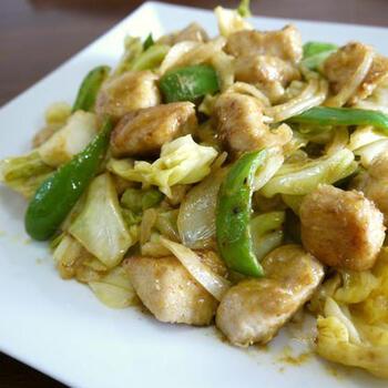 キャベツ×鶏むね肉で作るヘルシーな炒め物レシピ。味付けが塩コショウなどでマンネリ化しがちな料理も、カレーマヨネーズ味にすればいつもと違う味わいに仕上がります。 ピーマンや玉ねぎを加えて、ボリュームアップ。白ご飯との相性ピッタリです。