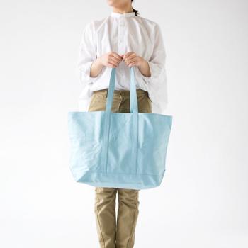 スーパーでもらう大きなレジ袋2つ分の大容量! 家族が多い方や、食料品の買い出しはまとめて行きたい方におすすめのマルシェバッグです。ハンドルの長さもあるので、重い荷物も肩がけできるのがポイント。