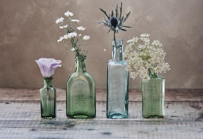 お花屋さんで購入するだけでなく、庭先に咲いた季節の草花をそっと飾るのも素敵です。空き瓶などを利用するアイデアも◎