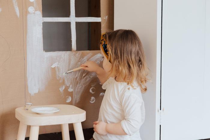 「たまには思いきり絵の具で遊ばせてあげたい!」と思うなら、大きな作品作りにトライしてみてはいかがでしょう?例えばダンボールハウスは、お子さんでも色塗りしやすく、完成すれば遊び場にもなります。絵の具にもちょっとこだわって、華やかに仕上がるポスターカラーを使ってみましょう。