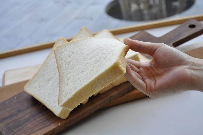 一番人気の「角型食パン」は、ほんのりとした優しい甘さが嬉しい。ふんわりとなめらかな口当たりで、耳までやわらかいのが特徴です。食パンにはむつか堂のマークの焼き印が押されています。そのまま食べても焼いても美味しい、食パン好きならずとも食べていただきたい逸品です。
