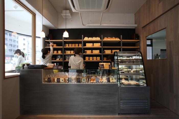 店内のショーケースや棚に食パンがずらりと並ぶ、パン好きさんにはたまらない空間。こちらの店舗はテイクアウトのみとなっています。売り切れ次第終了なので、お目当てがある場合は早めに訪れましょう。