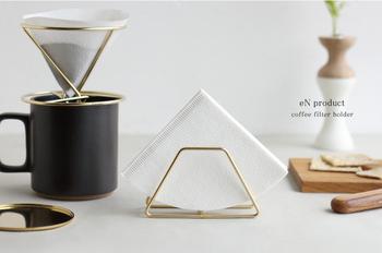 フィルターが綺麗に収まるよう計算されたホルダーです。コンパクトで場所をとらずに収納できます。同じくステンレス製のドリッパーと合わせると、素敵なテーブルコーディネートになりますね。
