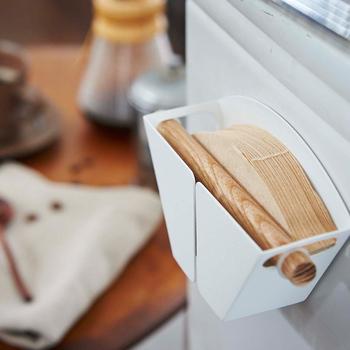 マグネット式で、貼り付けて収納できるホルダーです。フィルターがたっぷり50枚入り、収納力があるのが嬉しいポイント。爽やかなホワイトとナチュラルな木目の組み合わせで、冷蔵庫にしっくり収まりそう。