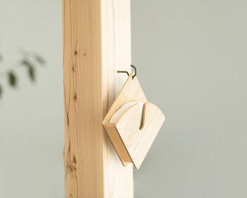木の美しさが生かされたホルダー。曲線にフィルターの形がぴったりフィットします。穴にフックを通せば、壁掛け収納ができますね。