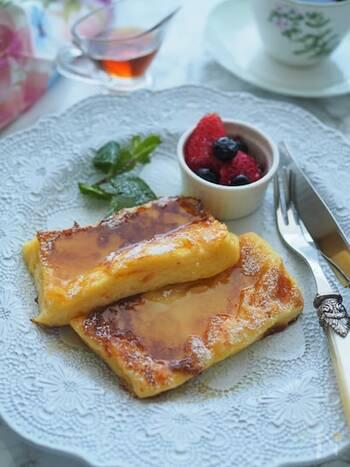 フレンチトーストは砂糖の量や種類、別の材料を組み合わせることで、自由に甘さを調節できます。まずは、基本のレシピからおさえておきましょう。こちらの漬け込み液に使う砂糖は、グラニュー糖小さじ2のみ。仕上げに粉糖やメープルシロップをかけますが、トッピングなのでお好みでアレンジも可能です♪
