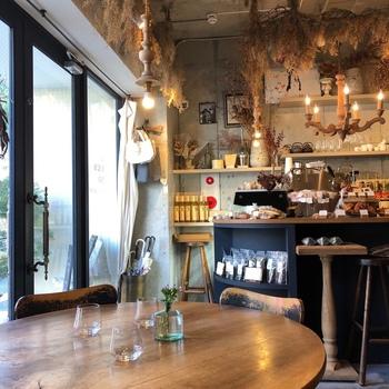 店内の雰囲気も女性のお客さんをひきつけている理由のひとつ。インテリアや小物がおしゃれで、天井にはドライフラワーが飾られています。