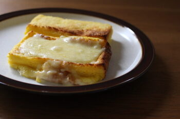 同じレシピで、食べ方を変えられるフレンチトーストです。甘いフレンチトーストが食べたいときには、焼いた後でバターとはちみつをトッピング。甘さ控えめにしたいならはちみつは入れずに、バターのみでもおいしいのだそう。焼き上がる直前に溶けるチーズをのせれば、朝ごはんにもぴったりのお食事系フレンチトーストの出来上がり♪